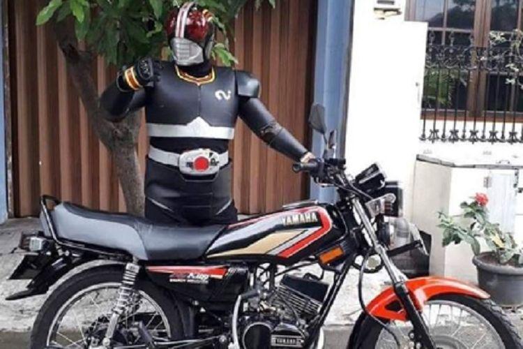 Bukan Pakai Belalang Tempur Ksatria Baja Hitam Ini Malah Pamer Yamaha Rx King Gridoto Com