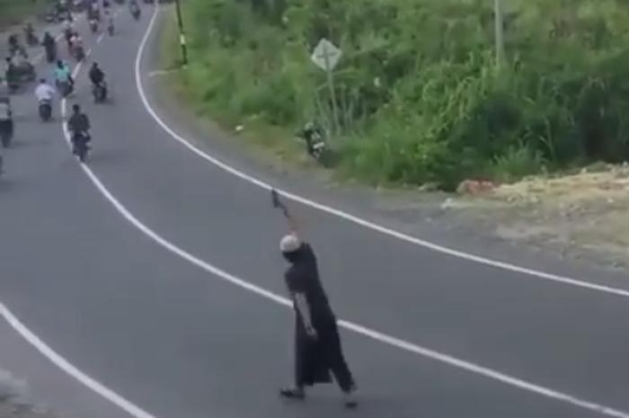 Aksi seorang pria berpeci bubarkan puluhan pemotor sampai tunggang langgang
