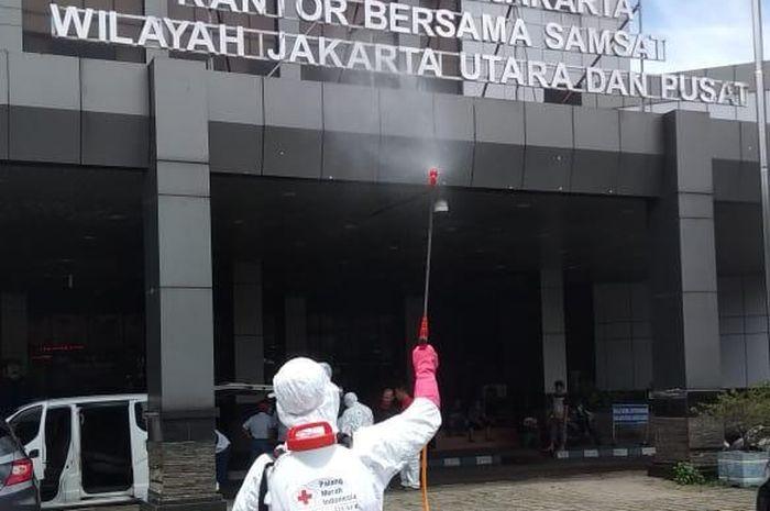 Cegah Virus Corona Bapenda Semprot Desinfektan Di Kantor Samsat Jakarta Utara Dan Pusat Gridoto Com