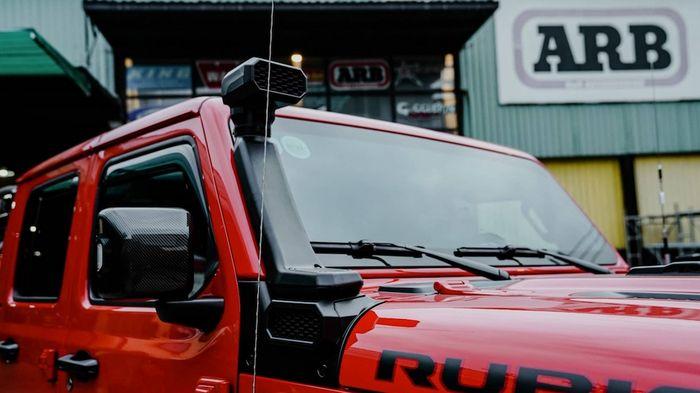 Snorkle terpasang di fender depan Jeep Gladiator