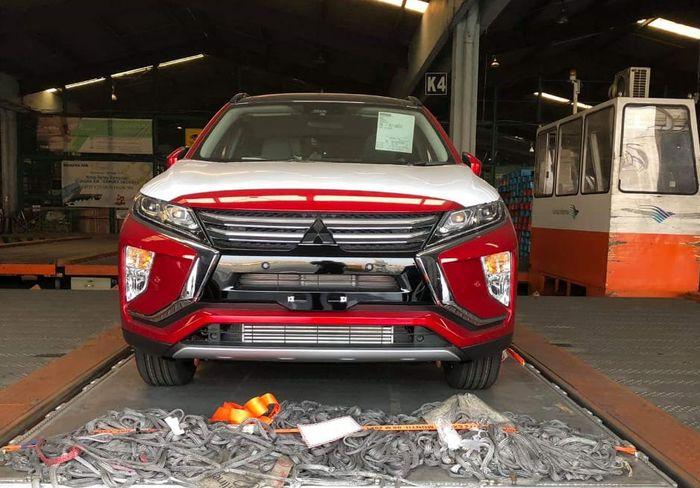 Fascia depan Mitsubishi Eclipse Cross yang tertangkap kamera sedang berada di area gudang Bandar Udara Soekarno-Hatta.