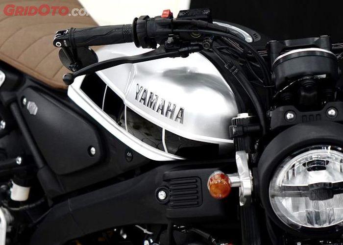 Tangki di repaint dan ditambah motif Anniversary 60th Yamaha.