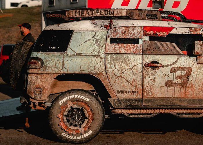 Toyota FJ Cruiser diacak-acak seperti habis tempur di medan perang