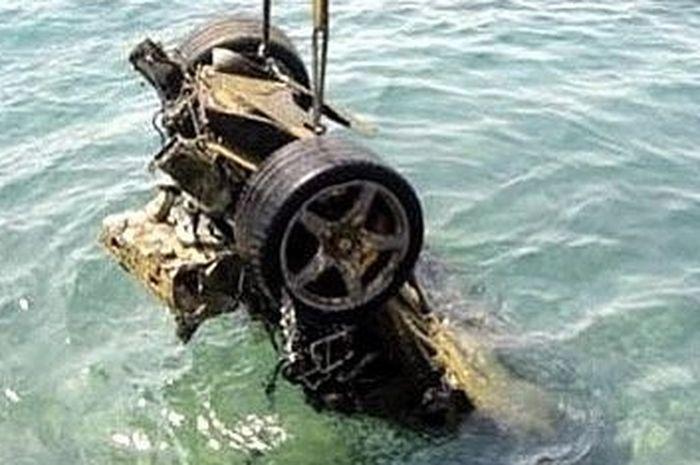 Bangkai supercar yang ditemukan di perairan Yunani.