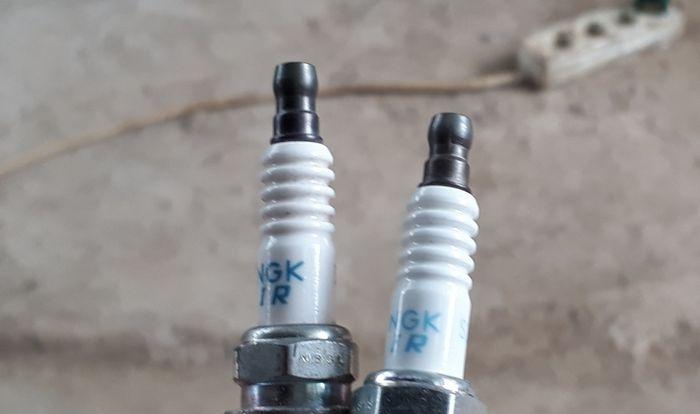 Ilustrasi busi iridium NGK asli (kiri) dan palsu (kanan) untuk mobil