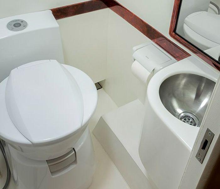 Toilet dikemas nyaman dengan closet, sink bahkan kaca