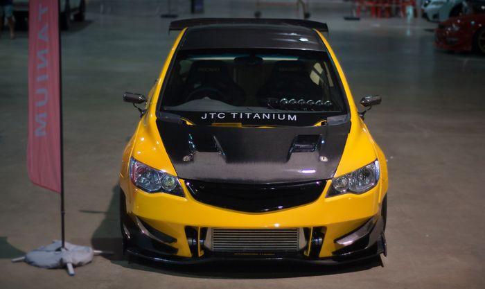 Modifikasi Honda Civic FD juga dihiasi material serat karbon