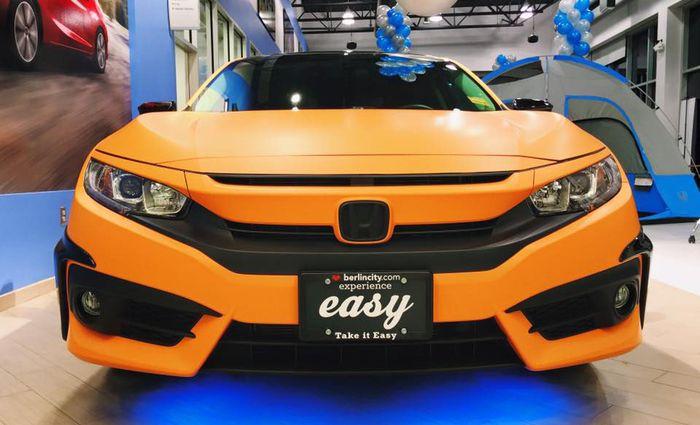 Tampilan depan Honda CIvic Turbo pakai body wrapping oranye