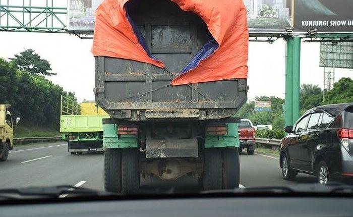 Jangan terlalu dekat dengan truk