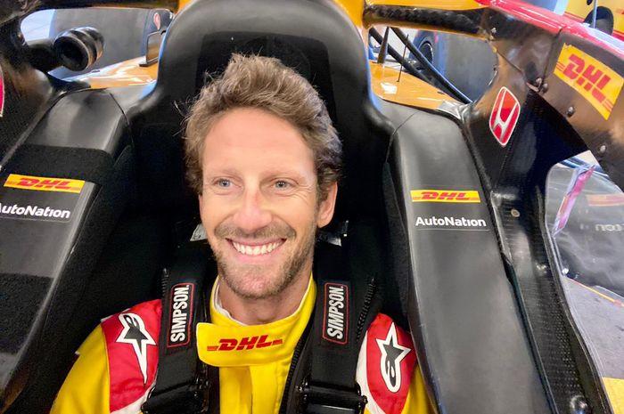 Romain Grosjean sedang menyesuaikan kokpit mobil barunya bersama tim Andretti Autosport untuk balap IndyCar tahun 2022