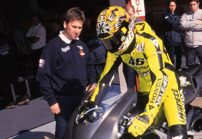 Alex Briggs dan Valentino Rossi ketika pertama kali di GP500 bersama tim Nastro Azzuro Honda