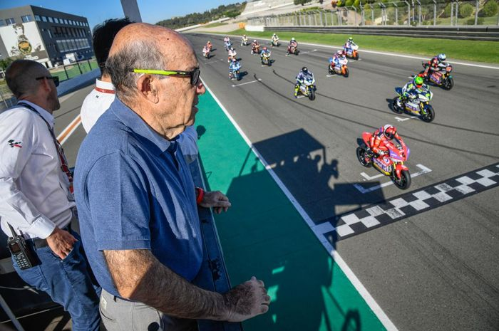 CEO Dorna, Carmelo Ezpeleta menyaksikan simulasi lomba MotoE di sirkuit Valencia