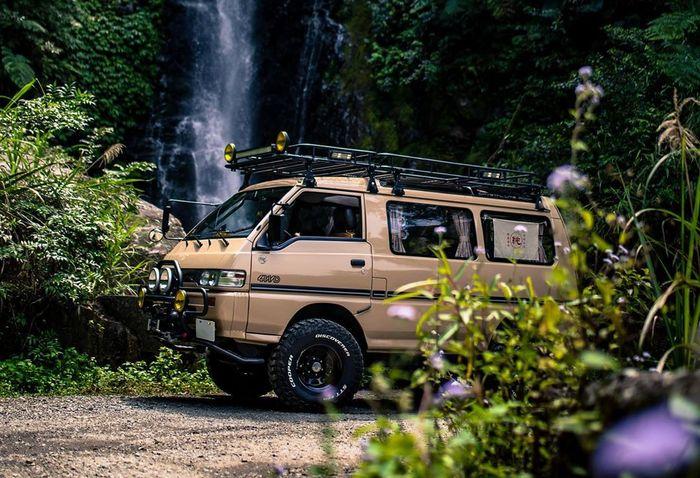 Mitsubishi Delica lawas bergaya off-road