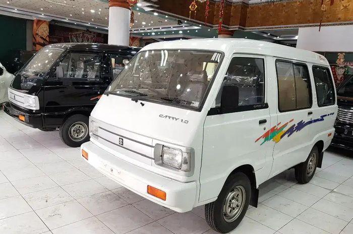 Dua unit Suzuki Carry 1000 kondisi new old stock di showroom Bintang Motor, Bandung, Jawa Barat.
