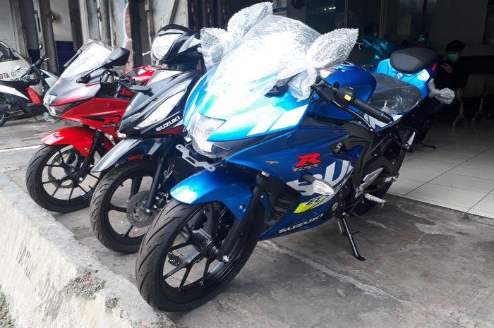 Suzuki GSX-R150 ABS (kanan) dengan livery Ecstar ala pembalap MotoGP