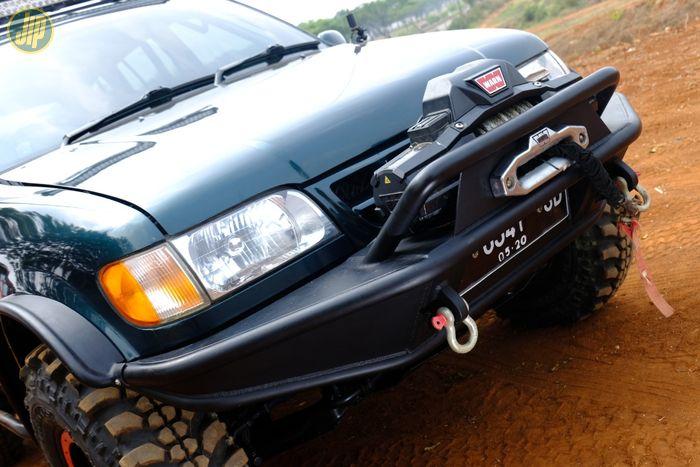 Tampilan depan Sportage dipasangkan bumper pipa dengan winch Warn Zeon 9500