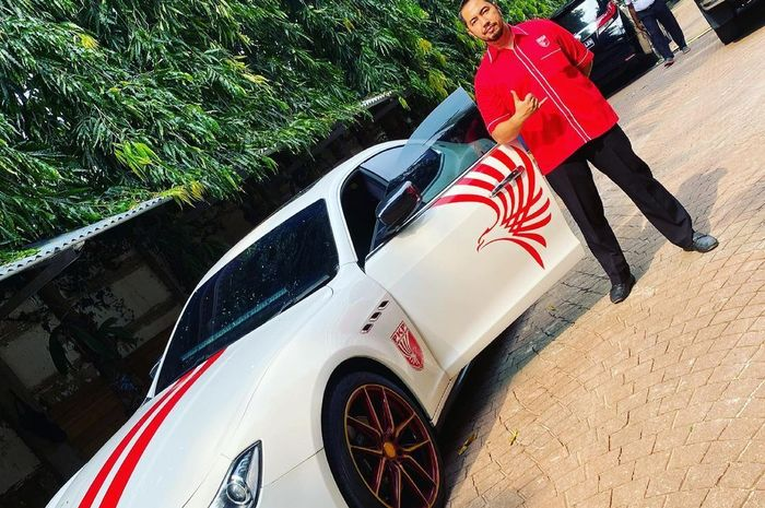 Sunan Kalijaga bersama Maserati Ghibli berlivery PKPI miliknya.