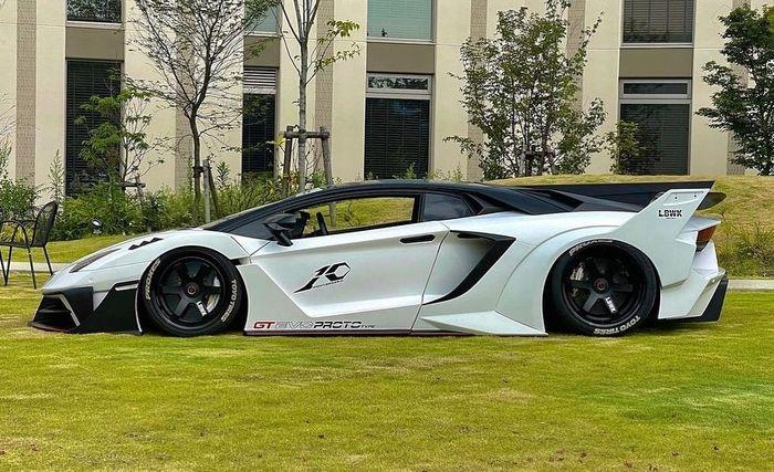 Tampilan samping Lamborghini Aventador garapan Liberty Walk, Jepang