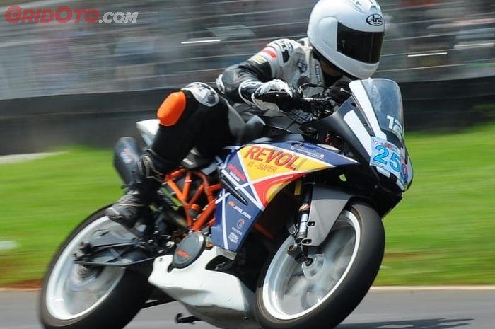 Aksi Herman diatas KTM RC250 garapan Monkeywork Garage dan DMS Tuning.