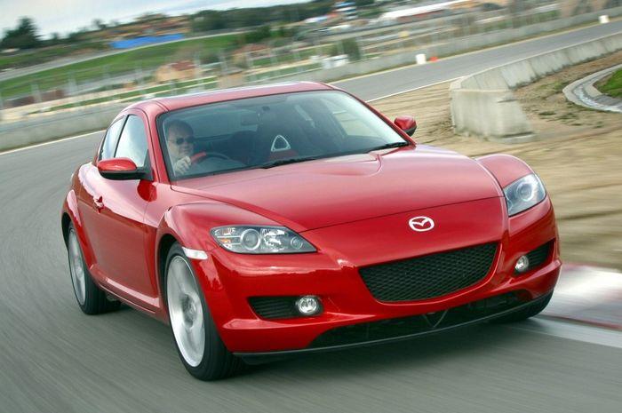 Mazda RX-8 generasi pertama.