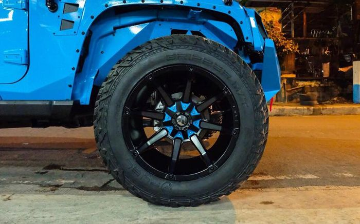 Jeep Wrangler JK ditopang pelek Coupler dibungkus ban Fuel Off-road