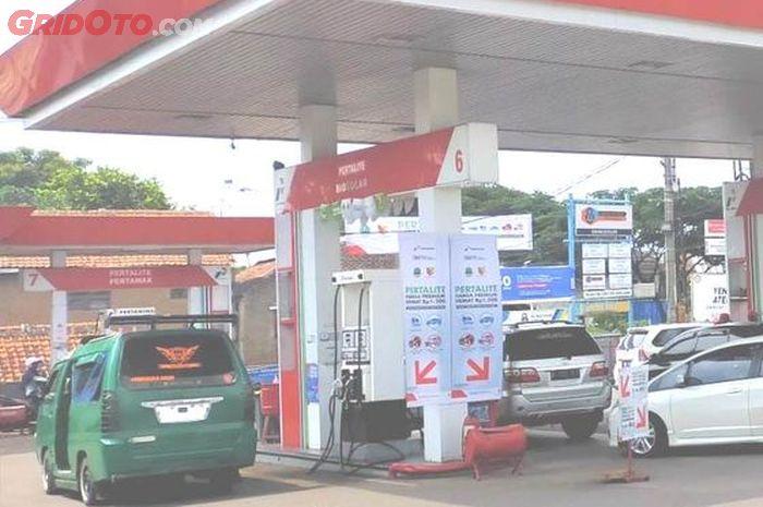 Ilustrasi angkot sedang mengisi bensin di SPBU Pertamina