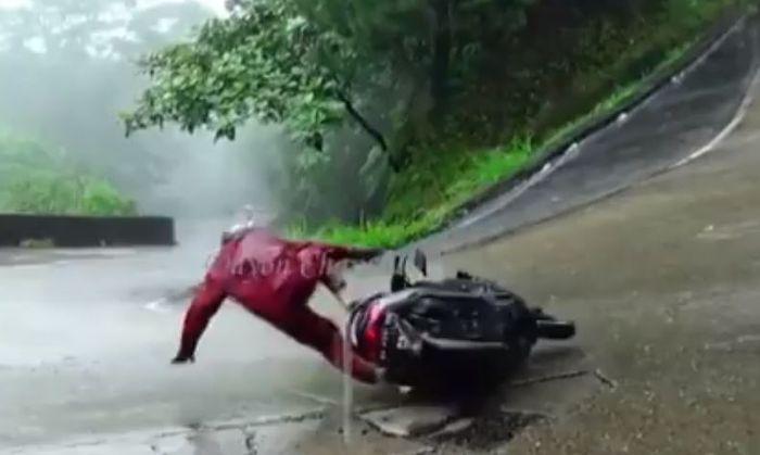 Pemotor Yamaha NMAX terlempar di tikungan tajam jalur Sitinjau Lauik