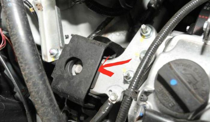 Pada Suzuki Ertiga generasi awal, cara cek engine mounting sudah aus atau belum bisa dengan memasukkan jari ke celah dudukannya (lihat tanda panah).