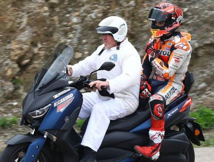 Usai terjatuh di tikunga terakhir saat tes MotoGP Jerez, Marc Marquez memegang bahu kanannya