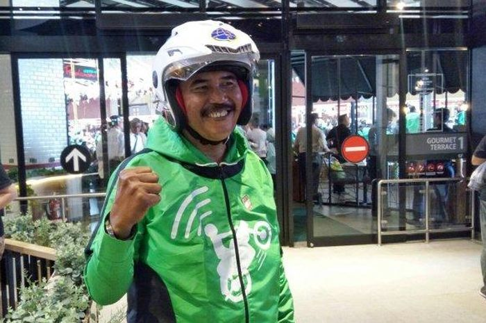ojek online GOJEK pertama, Mulyono usai menghadiri pelatihan safety riding, di AEON Mall Jakarta Garden City, Cakung, Jakarta Timur, Minggu (6/1/2019).