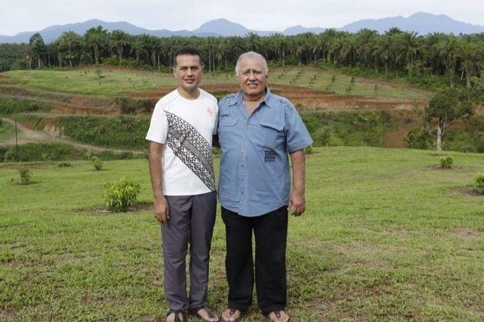 Musa Rajekshah (kiri) atau Ijeck, Wakil Gubernur Sumut bersama ayahanda, H. Anif