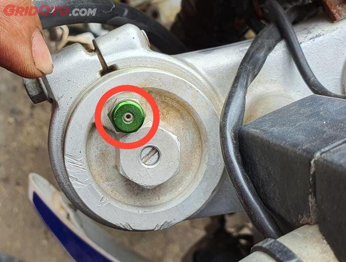Pada sokbreker upside down biasanya ada valve atau pentil, fungsinya untuk membuang angin yang terjebak di dalam