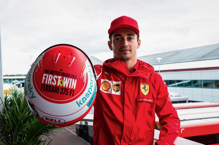 Pembalap Ferrari, Charles Leclerc memperlihatkan desain helm untuk dipakai di GP F1 Inggris 2021