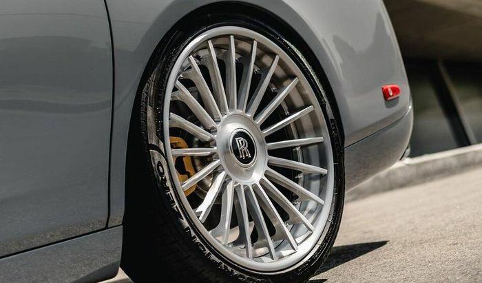 Modifikasi Rolls-Royce Phantom pakai pelek jari-jari ukuran 24 inci