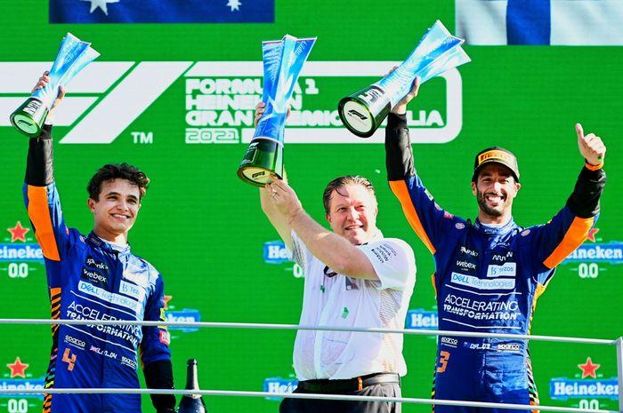 Dua pembalap McLaren naik podium di F1 Italia 2021, Lando Norris (kiri) dan Daniel Riciardo (kanan), bersama CEO Mclaren Racing, Zak Brown