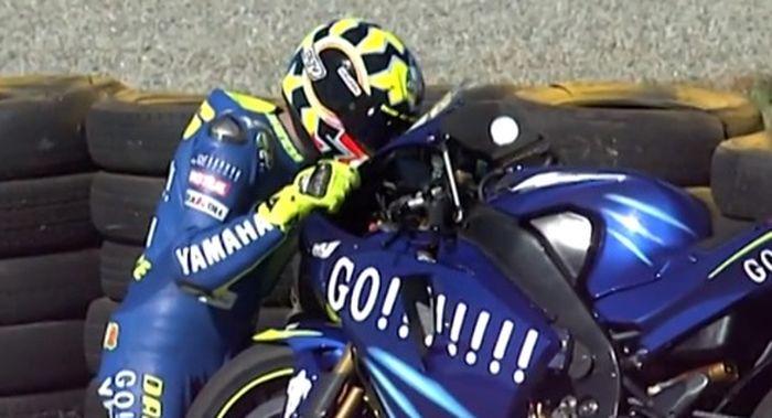 Momen mengharukan saat Valentino Rossi juara dengan Yamaha M1 yang dianggap kalah kompetitif dari Honda RC211V 18 April 2004 di sirkuit Welkom, Afsel