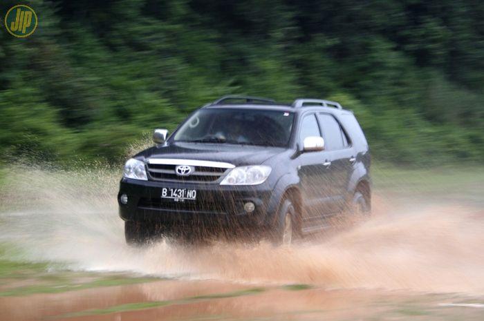 Toyota Fortuner genrasi pertama