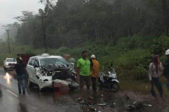 Toyota Kijang Innova yang menjadi taksi karyawan PT Vale hancur ditabrak Toyota Rush pecah ban dari arah berlawanan di Sorowako, Nuha, Sulawesi Selatan
