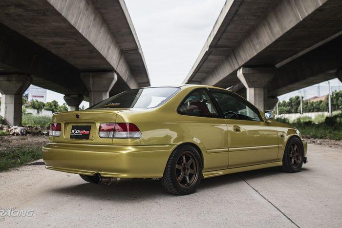 Tampilan samping dan belakang Honda Civic Ferio dua pintu masih standar