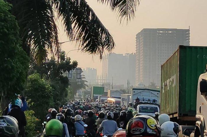 kemacetan di depan Daan Mogot City Apartemen pada hari ketiga PPKM Darurat Jawa Bali.