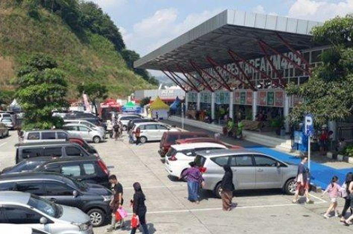 ilustrasi kendaraan pemudik memadati Rest Area KM 429 Tol Semarang-Bawen.