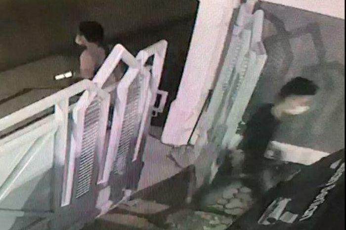 Aksi Pencuri Mobil di Bandar Lampung Bawa Senjata Api Terekam CCTV