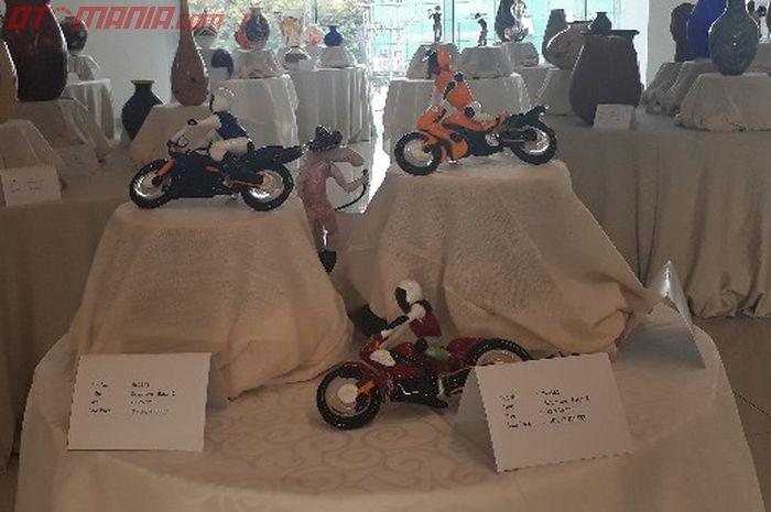 Replika motor dan pembalapnya yang dibuat dari bahan kaca oleh seniman asal California, Ron Seiverts