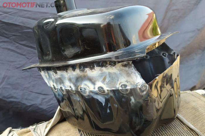 Tangki bawaan Yamaha All New NMAX dibedah dan disambung plat galvanis agar kapasitasnya membengkak jadi 10 liter.