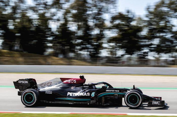 Lewis Hamilton pernah gagal finis gara-gara rebutan posisi dengan rekan setim di F1 Spanyol