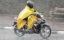Peringatan Buat yang Pakai, Ini Bahayanya Pakai Jas Hujan Model Ponco