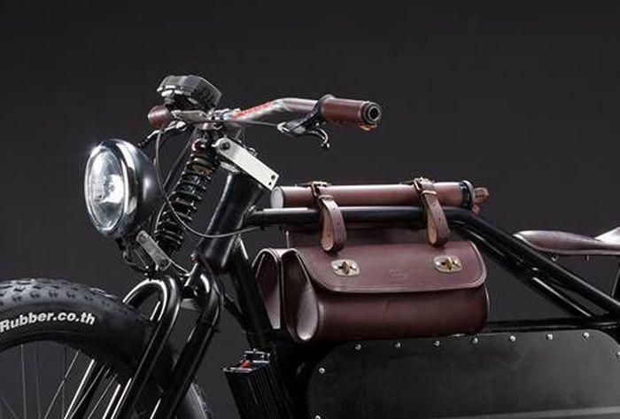 Sebagai pengganti tangki ada sepasang tas kulit