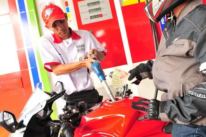 Ilustrasi isi bensin motor. Ternyata Bensin yang Didiamkan di Tangki Motor Dalam Waktu Lama Bisa Basi