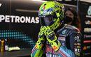 Penggemar Ini Malah Takut Setelah Dapat Helm Valentino Rossi di MotoGP Emilia Romagna 2021