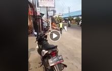 video pemotor super greget, tak terima ditilang polisi, bakar motornya sendiri